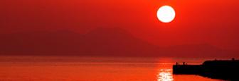 Lefkas zonsondergang bij de badplaats Nidri in de zomer